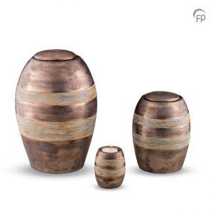 Keramische urnen, bruin/grijs met gekleurde decoratie banden.