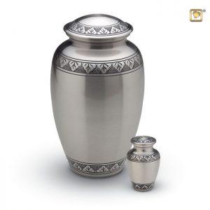 Messing urn, matte zilverkleur met bladgravure